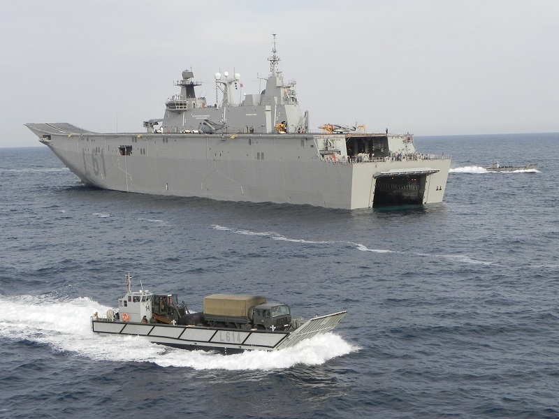 "LHD ""Juan Carlos I"" next to a loaded LCM-1E"