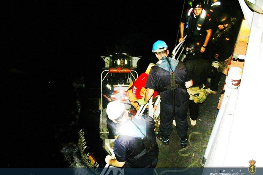 El patrón del pesquero fue trasladado al patrullero 'Cazadora' para recibir atenciones médicas