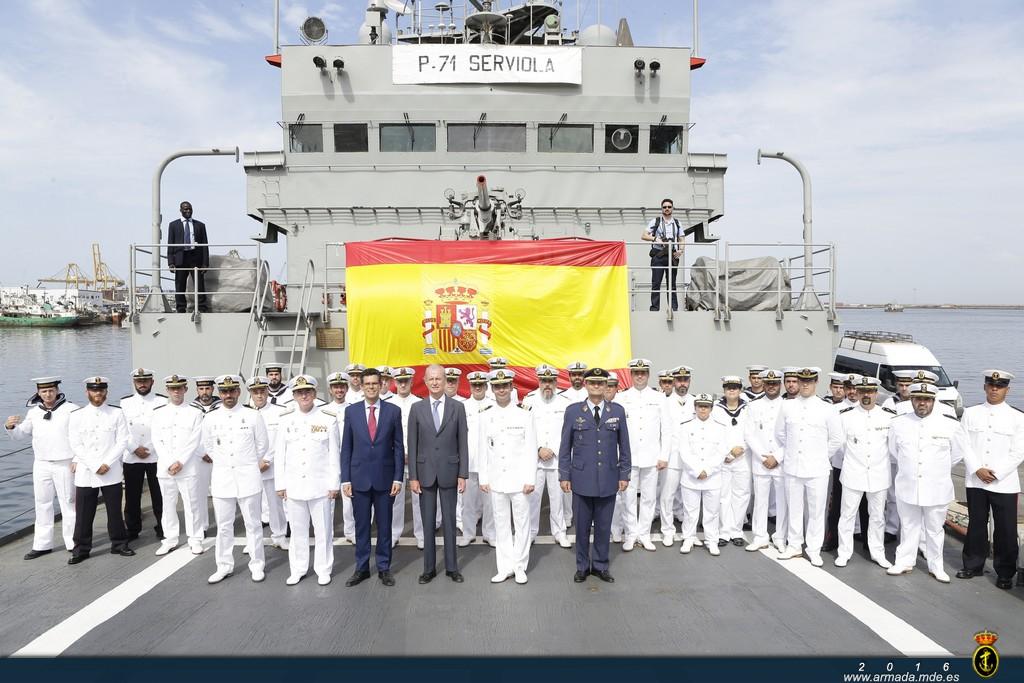 Foto de familia del Ministro de Defensa en Funciones en la cubierta del 'Serviola'