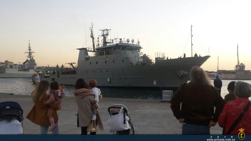 Las familias esperando a la dotación esta mañana en Ferrol