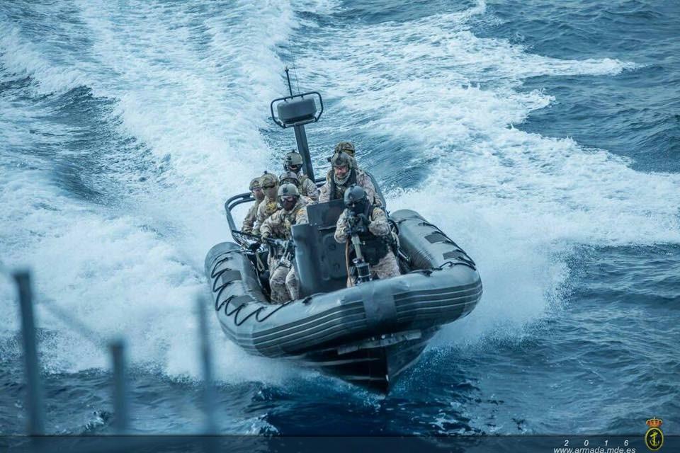 Operadores de la FGNE a bordo de una embarcación de combate