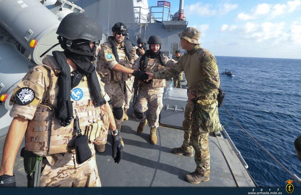 Españoles y surcoreanos se saludan tras finalizar el ejercicio de Interdicción Marítima