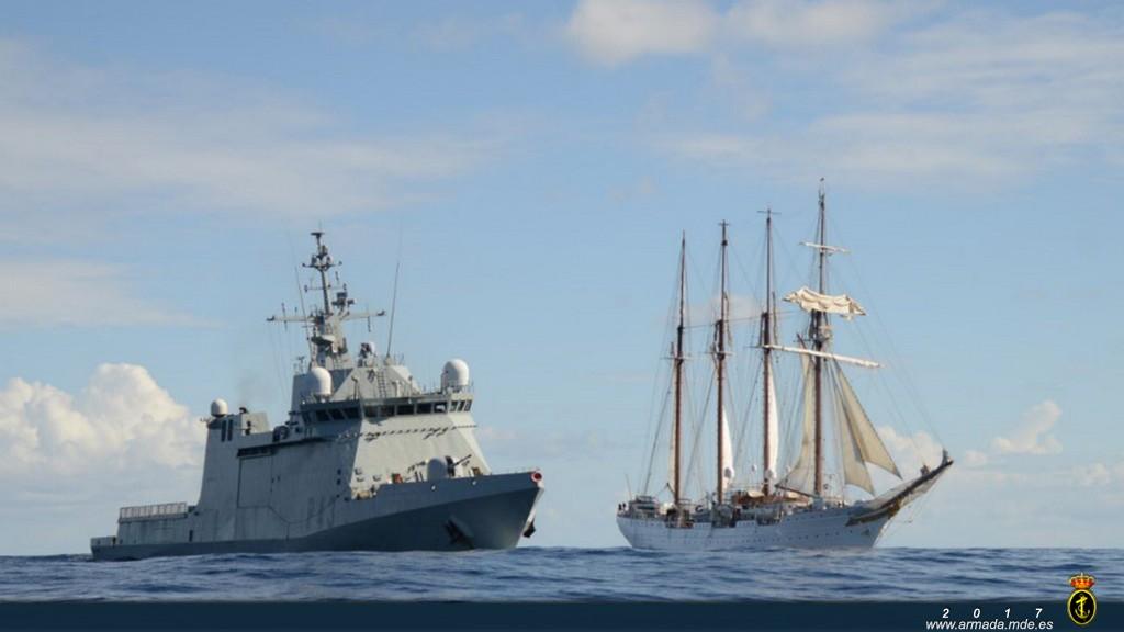 El BAM Relámpago navega junto al J.S. Elcano.