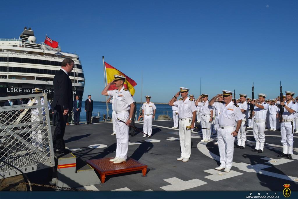 Recepción a bordo del Ministro para la Industria de Defensa australiano