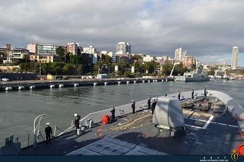 Fragata 'Cristóbal Colón' saliendo del puerto de Sydney hacia Papeete