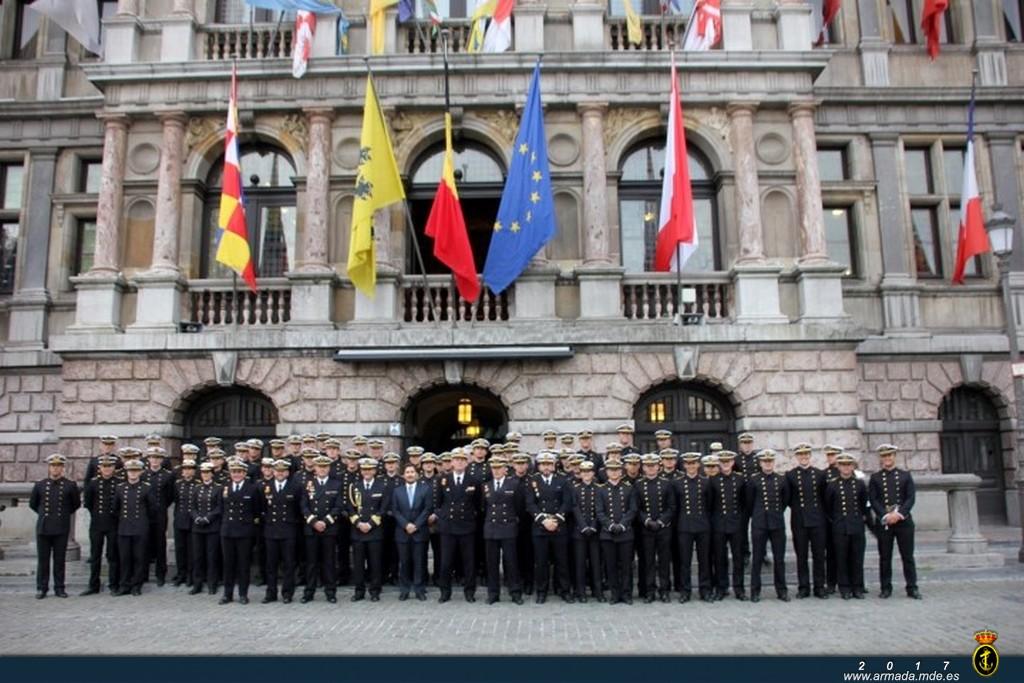 Los guardiamarinas visitan el ayuntamiento de Amberes