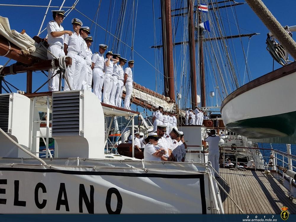 Guardiamarinas durante la entrada en la Escuela Naval Militar