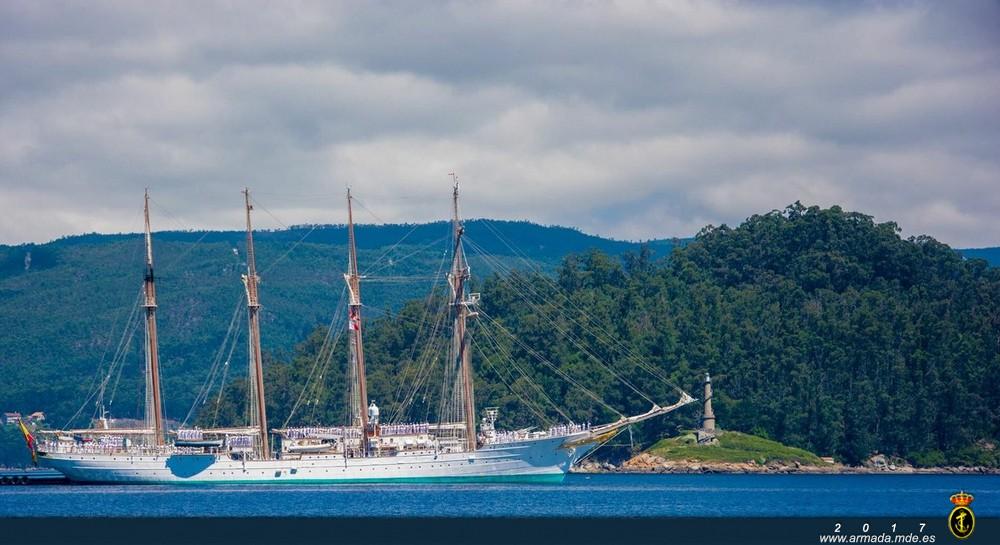 El Juan Sebastián de Elcano fondeado junto a Tambo