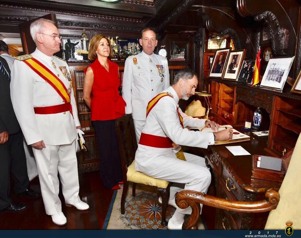 S.M. el Rey firmando en el libro de honor del J.S. de Elcano
