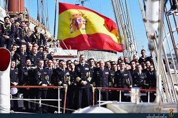 Foto de familia con la dotación del buque JS ELCANO