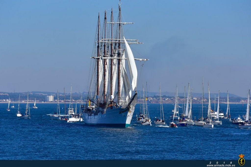 JSE rodeado de barcos acompañándolo en su salida de la bahía