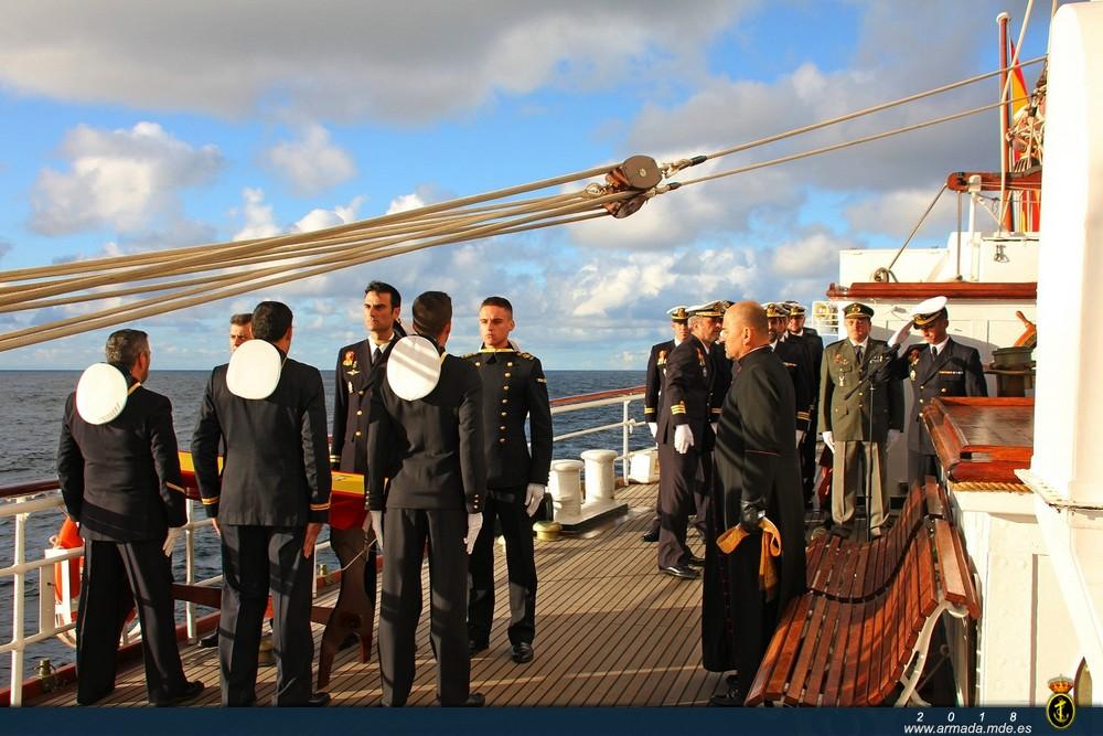 El BE Juan Sebastián de Elcano rinde homenaje al CF Montojo y a la dotación del ARA San Juan