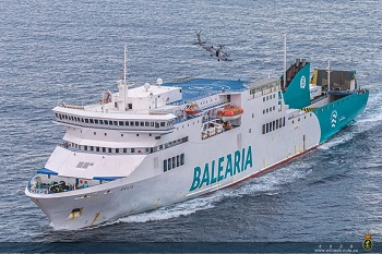 The Special Naval Warfare Force carried out an assault and hostage rescue exercise with collaboration of a ferry from the shipping company 'Baleària'